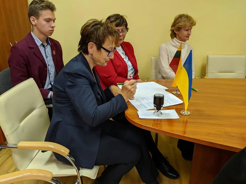 між Херсонською спеціалізованою школою І-ІІІ ступенів №52 з поглибленим вивченням української мови та гімназією «Айтварас» міста Клайпеда було підписано договір про партнерство