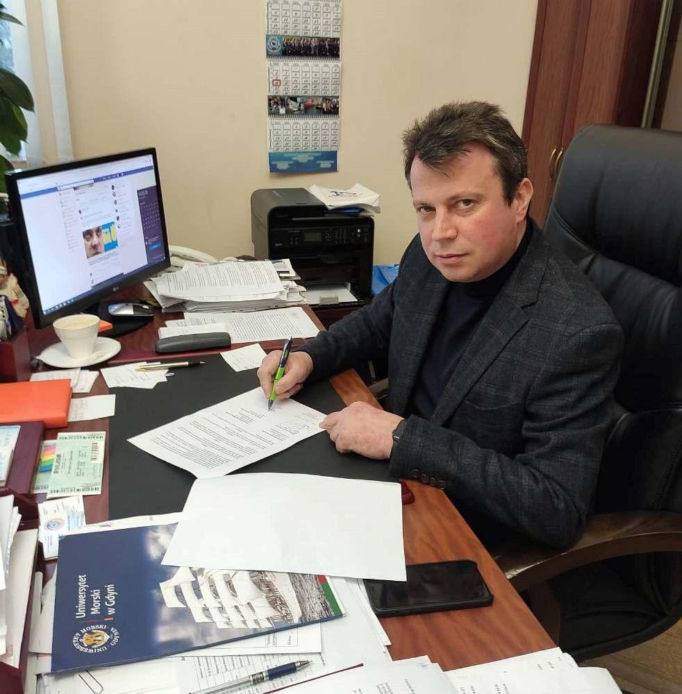 ректор Херсонської морської академії підписує договір